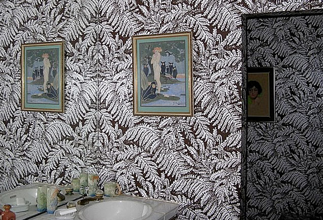 Frank Sinatra's crazy jungle wallpaper in a bathroom at Villa Maggio.